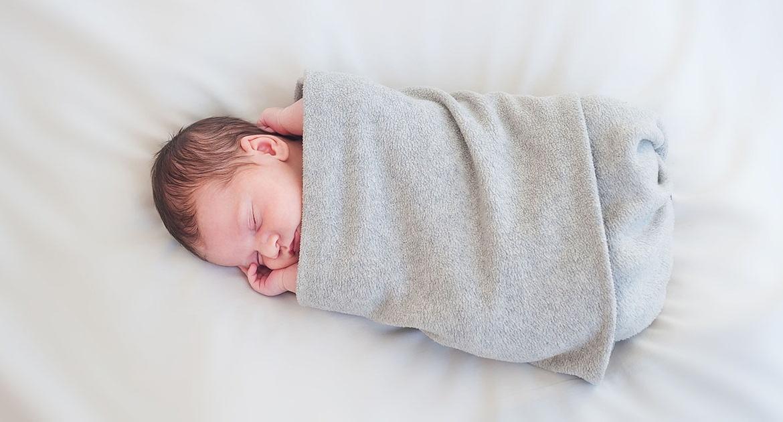【育兒常識】新生兒一定要用包巾包住睡覺嗎?